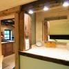 Badspiegel und badtuer offen zur kueche
